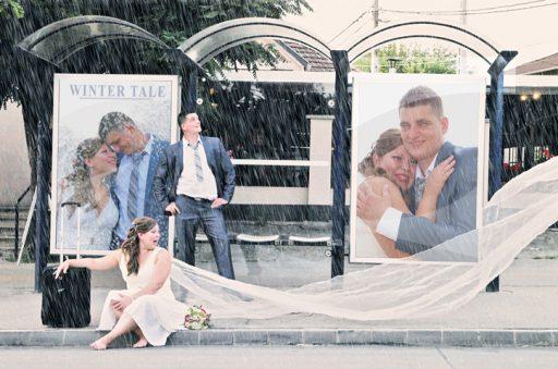 http://eskuvo.solvingteam.com Esküvõ fotózás? Fontos dolog vajon? Kell egy menyasszony és võlegény életében esküvõ fotózás? Kell! Mert az emlékek elkopnak. Az esküvõi fotók pedig ezt nem engedik. Újra és újra kézbe vehetõk a képek, hogy segítsenek emlékezni. A ruha visszakerül a szalonba (jobb esetben bekerül a télikabát mellé, hogy néha végigsimíthassuk rajta a kezünket), a kontyot kifésüljük, a sminket lemossuk, a cipõt eltáncoljuk. Ami igazán maradandó az az esküvõi fotó. Célszerû az egyetlen, életre szóló emléket profi fotóssal elkészítettni. Nem elég ha az esküvõi képeinket valamelyik rokon, avagy vendég készíti el. Sem a tudása, sem a felszerelése, sem a látásmódja nem képes visszaadni a hangulatot. Az esküvõ fotózás egy külön szakma. Más felkészülést igényel mint a babafotózás, vagy a portfólió készítése. Arra jöttük rá az évek során, hogy egy esküvõi fotós elég sokat tud az esküvõkrõl. 🙂 Mert elejétõl a végéig jelen van. Már tudjuk mi a fontos, mire kell odafigyelni. Ismerjük a szokásokat, a babonákat, a ceremóniákat, a divatot. Tudjuk melyik virágcsokor mutat jól a képeken és melyiket könnyebb hordoznia a menyasszonynak. Tudjuk melyik ruha kényelmes. Tudjuk hogy a körasztalnak vagy az U alakú asztalrendezésnek vannak -e elõnyei. Tudjuk milyen zenére mulat a násznép és hogy milyen ételt fogyasztanak legszívesebben. Így hát érdemes hallgatni rá. Fõleg a saját szakmájába vágó dolgokban. Hol és mikor érdemes elkészíteni az esküvõi képeket és hogy mire kell közben figyelni. Ha jó esküvõi fotóssal dolgozik a pár, akkor egy kellemes, vidám, érzelemgazdag fotózásban lesz része. Olyan képek készülnek ami a párra jellemzõ, ami róluk és nekik szól. Az esküvõi képek és a jó esküvõi fotós fontos. Mert maradandó, mert emlékezetes, mert örök.